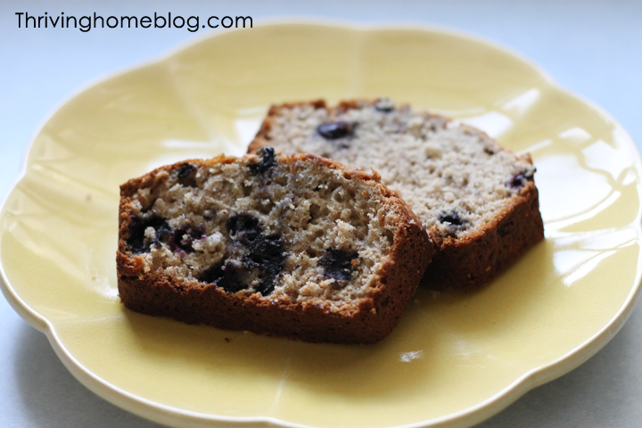 Banana blueberry bread with oats. Simple and delicious breakfast idea. A freezer friendly breakfast too!
