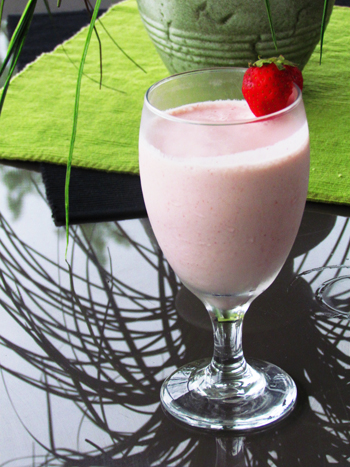 Want a healthy snack to power you through the morning or afternoon? This banana split power smoothie is it.