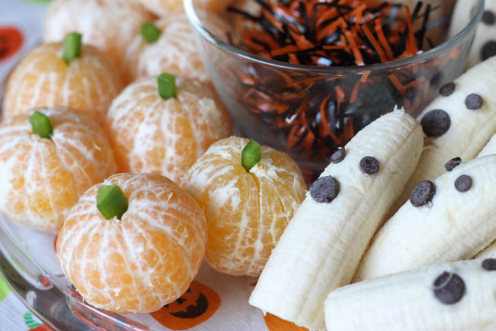 Healthy Halloween party treats: Clementine pumpkins and ghost bananas. Kids will eat these up!